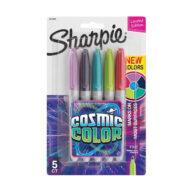 De inhoud van de Sharpie Cosmic Color set is 5 oogverblindende kleuren. De stiften zijn toe te passen op de meeste oppervlakken, zoals papier, plastic en metaal. Bestand tegen water en vervaging. De inkt droogt snel op.